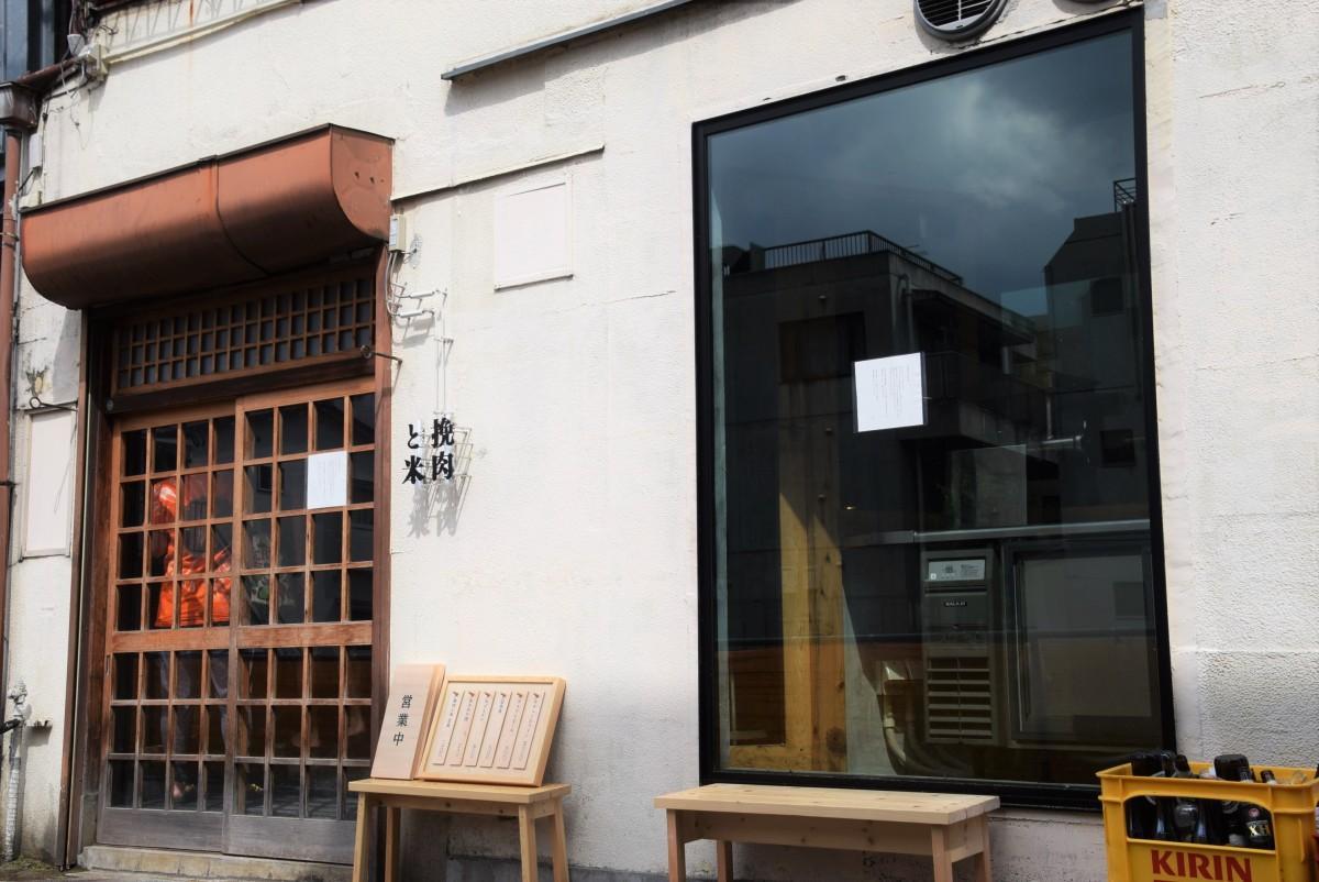 吉祥寺第一ホテル西側の路地に店を構える挽肉と米の外観 右はひき肉を作る「ひき場」