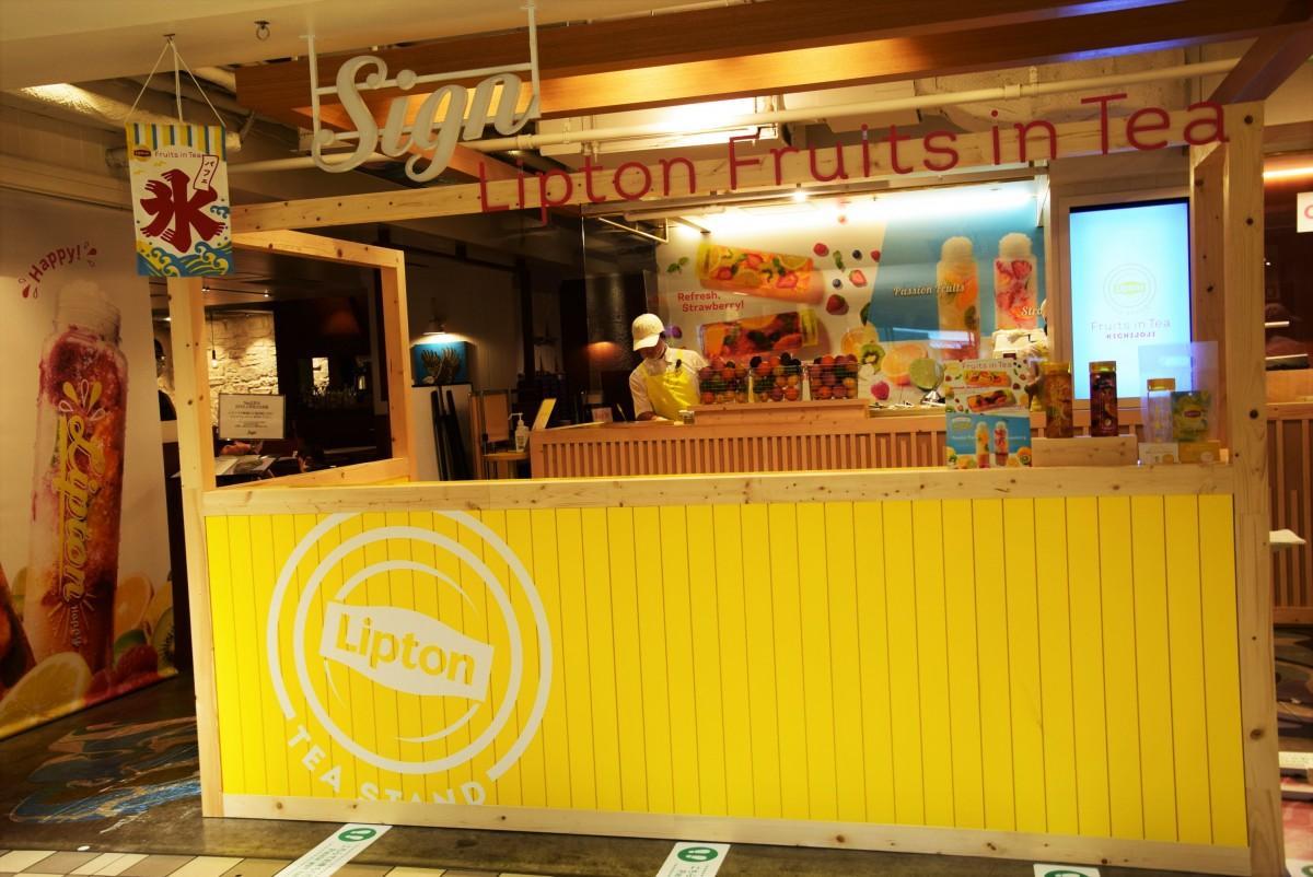 アトレ吉祥寺「Sign吉祥寺」店頭に設置した「Fruits in Tea」の専用スタンド