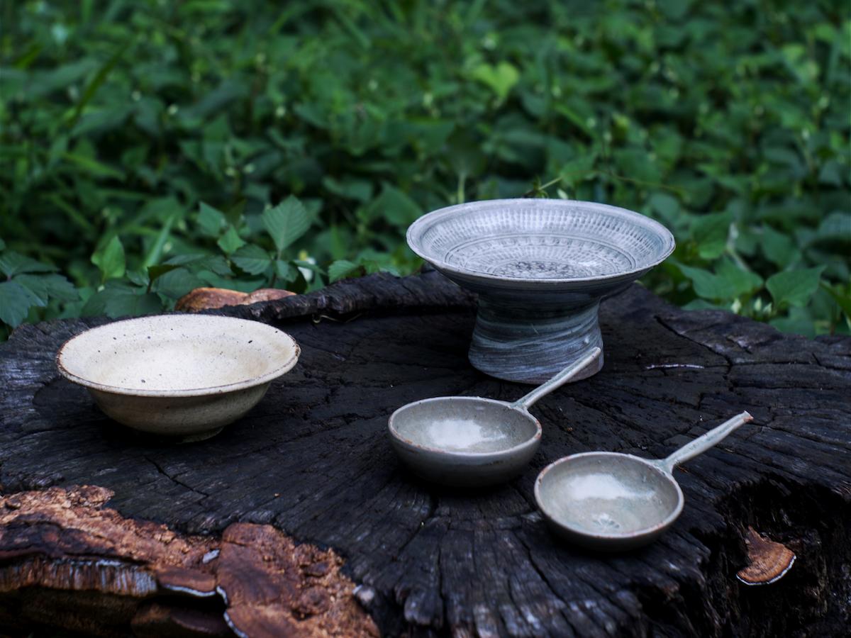 粉引皿、三島高台皿、匙(さじ)など井上さんの作品(写真=kenjiro abe)