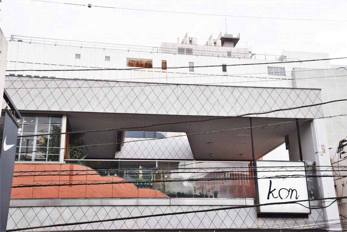 西三条通り沿いビルの3階にある「IZAKAYA kon」 奥が店への入り口