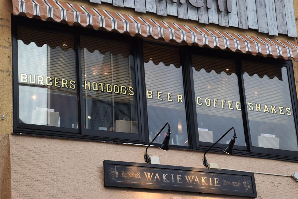 末広通りに面したビルの2階にあるハンバーガー専門店「WAKIE WAKIE」の外観