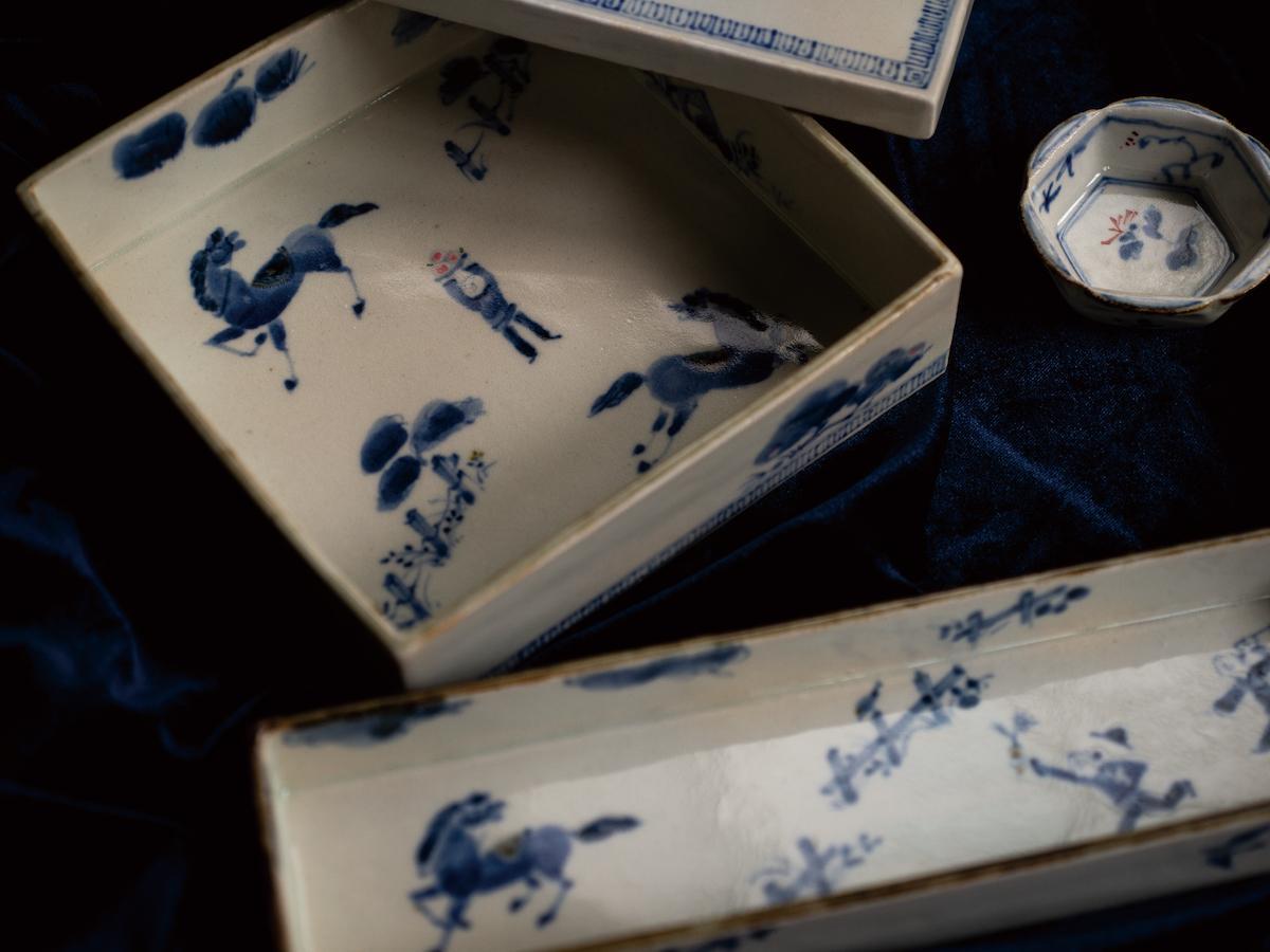 日高直子さんの作品 染め付けのお重や箱型の器(写真=北原徹)