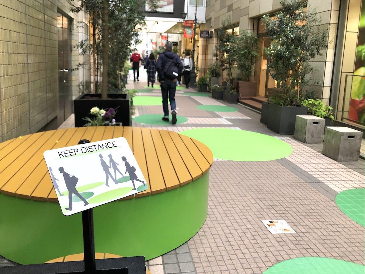 「吉祥寺ペニーレーン」で展開する「New personal space」 アースカラーを用いたプリントのほかテーブルや椅子を配置する