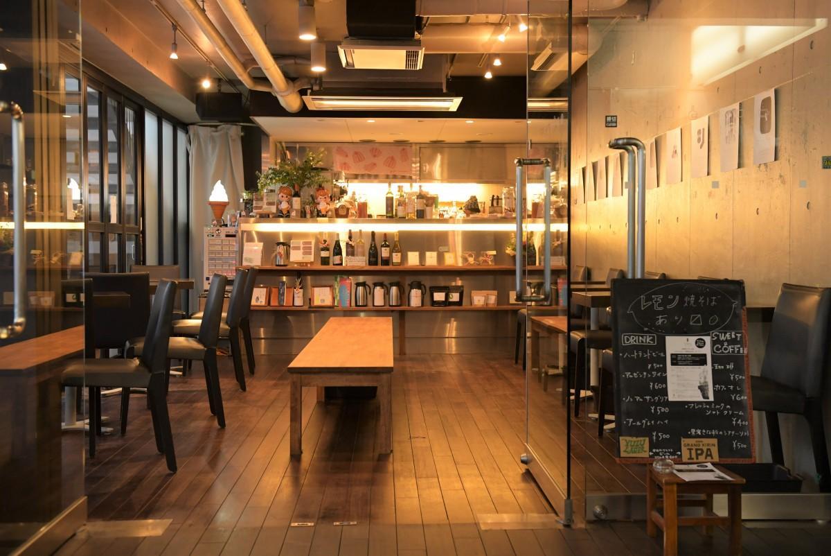 吉祥寺シアター1階にあるカフェ「吉祥なおきち」の店内の様子