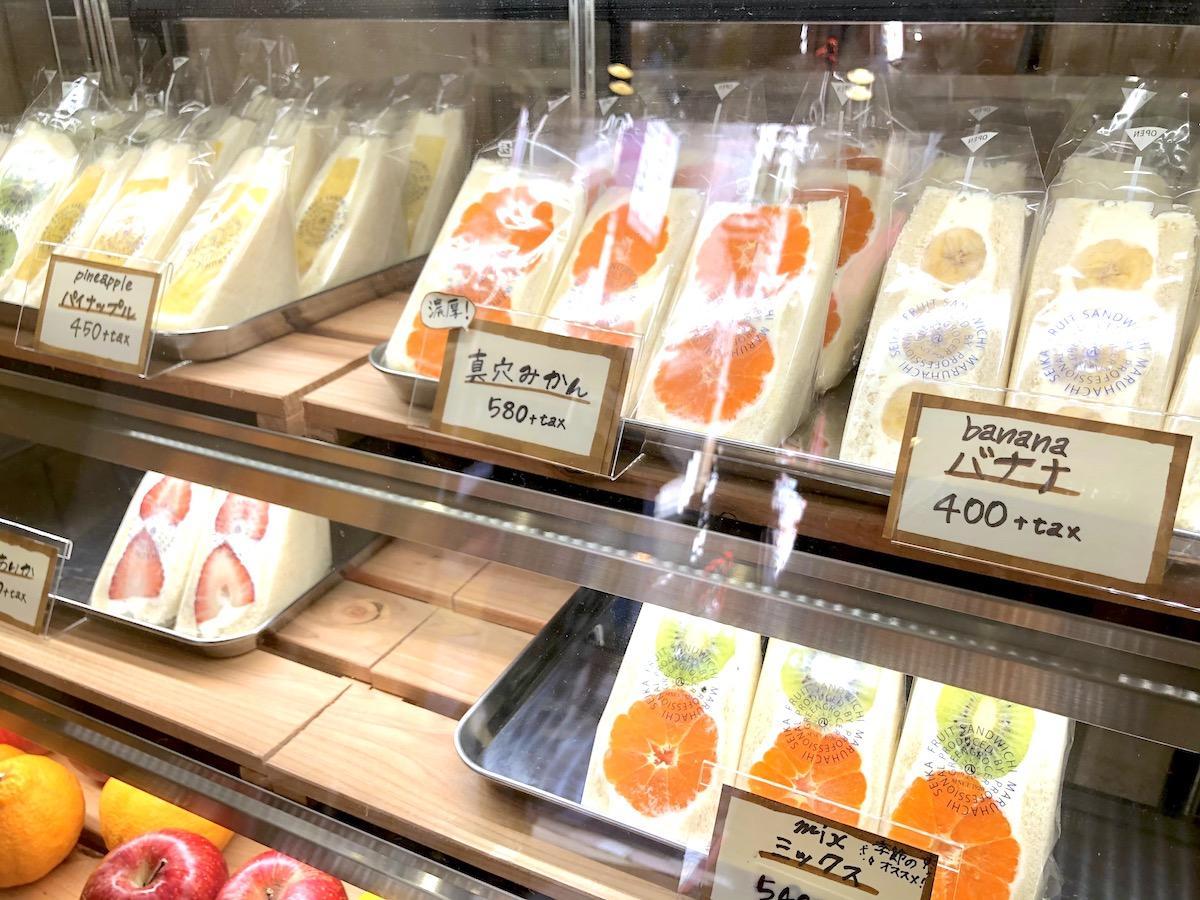 フルーツサンドが並ぶ「先手家 PONTEYA kichijyoji」店内ショーケースの様子
