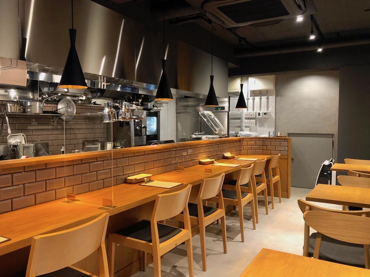 カジュアルな雰囲気ながら本格的な料理が楽しめるようにデザインされた「Curry & Bistro Idéal Curry Inaba」の内観