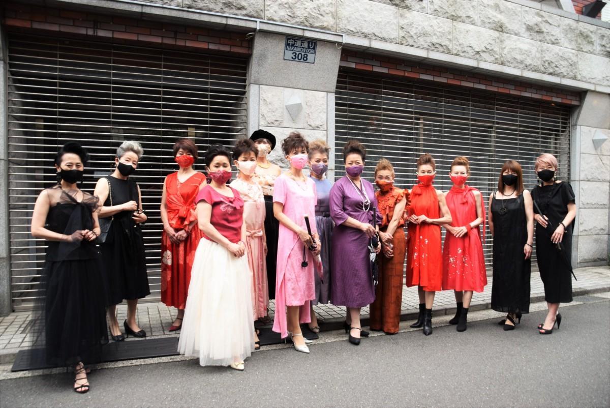 パレードに出発する着飾ったシンデレラと魔女や隠れ魔女たち。ここから中道通りを抜け吉祥駅に向かって歩いた