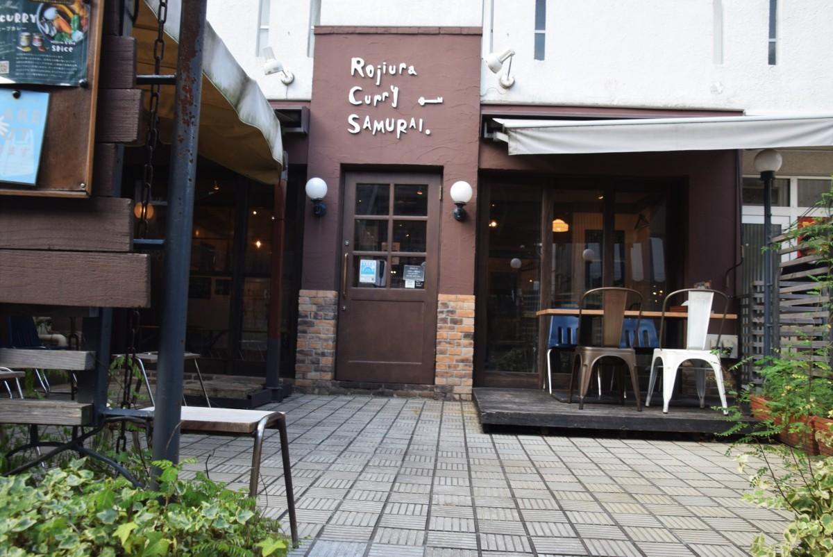 オープンテラスを備えた「Rojiura Curry SAMURAI. 吉祥寺店」の入り口