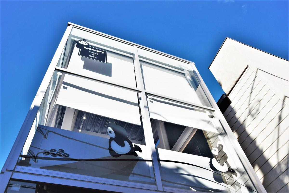 中道通りの新築ビルで営業する「LOVOTストア&カフェ」の外観。2階がカフェ、地下1階にLOVOTとのふれあいコーナーがある