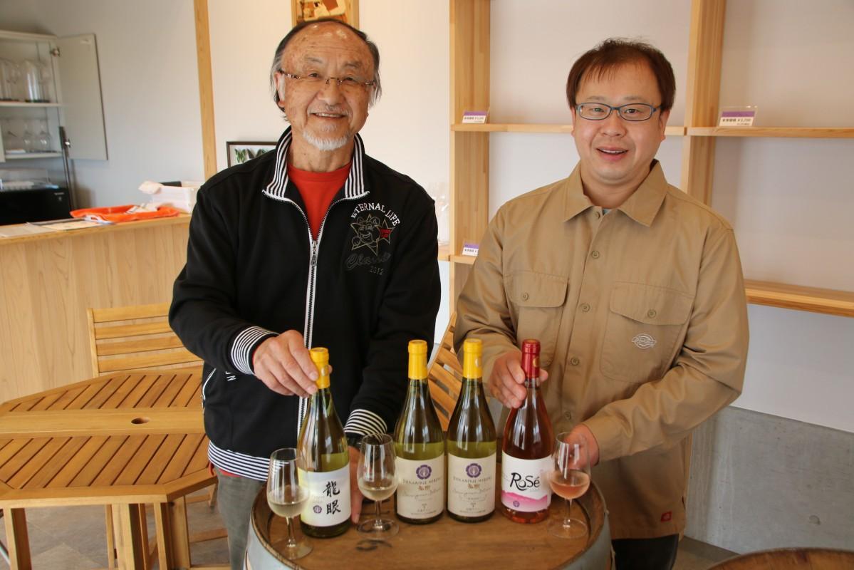 「ドメーヌ・ヒロキ」の社長の横山弘樹さん(右)と父親で会長の嘉道さん(左)