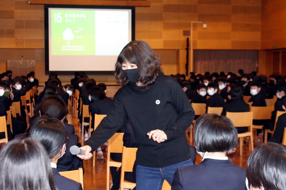 生徒に声を掛けながら講義を行う草本朋子さん