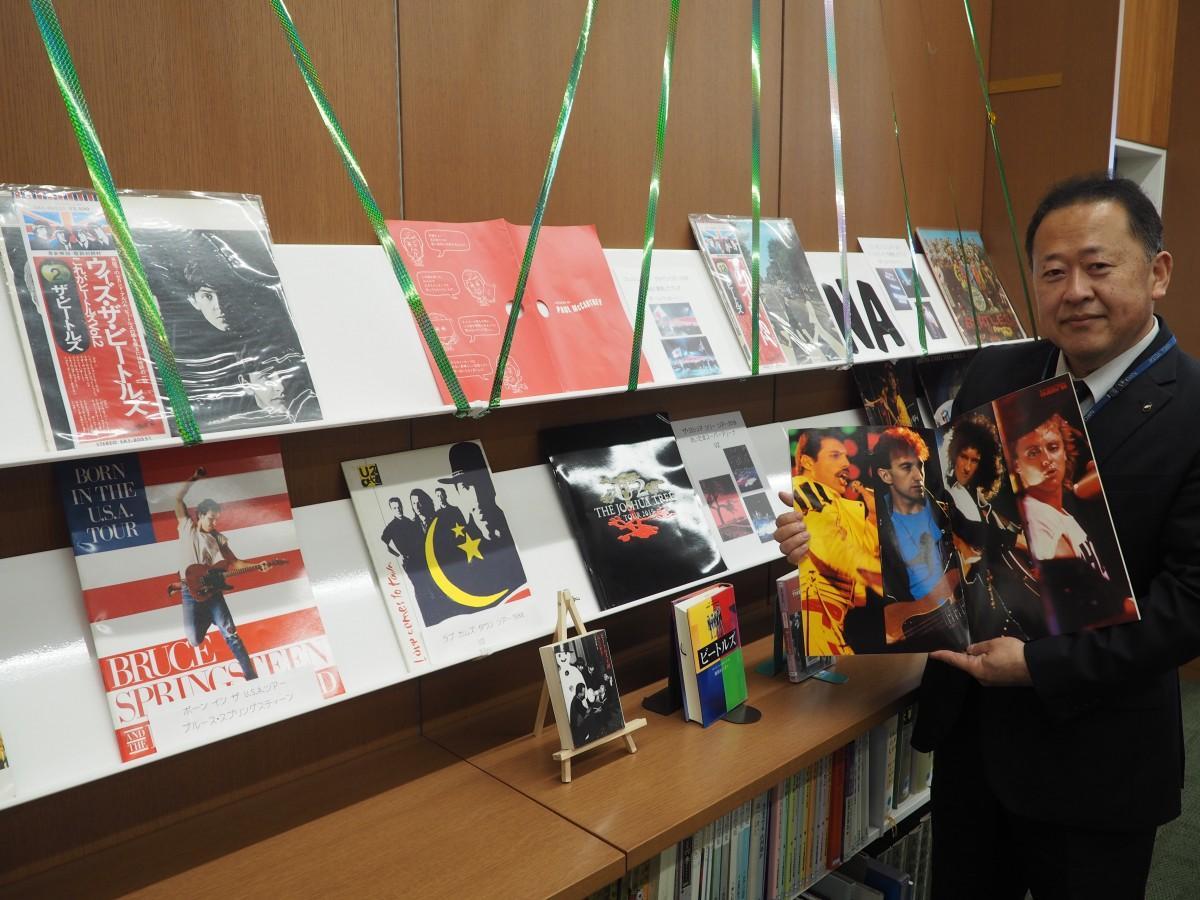 コンサートのパンフレットと下條浩久さん