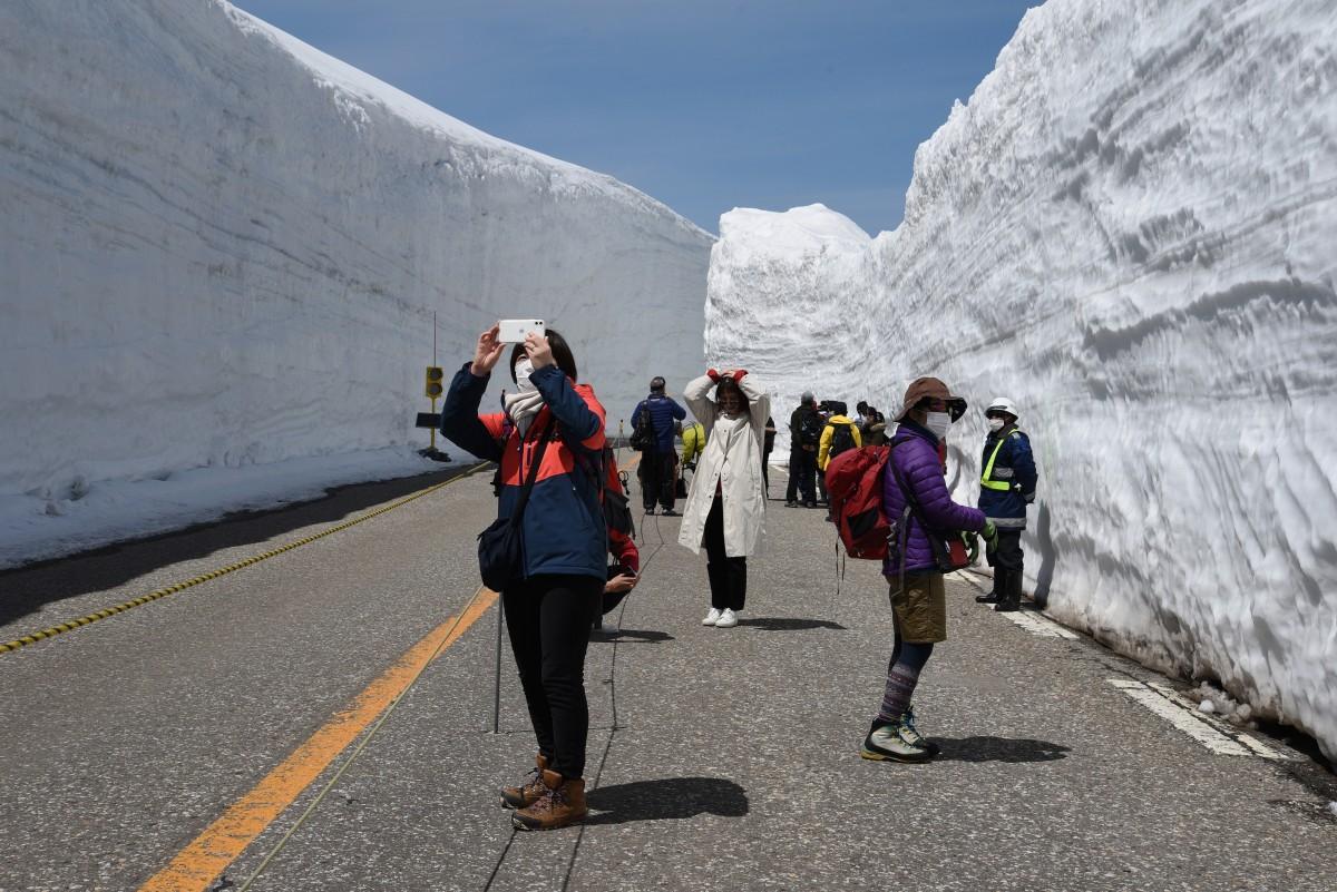 雪の大谷のウオーキングエリアを楽しむ人たち