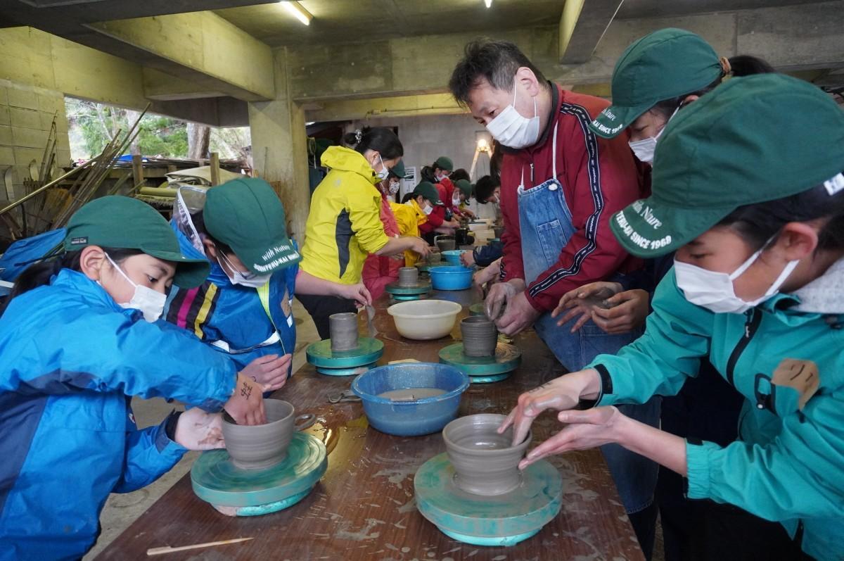 世界で一つの茶わん碗作りを楽しむ子どもたち