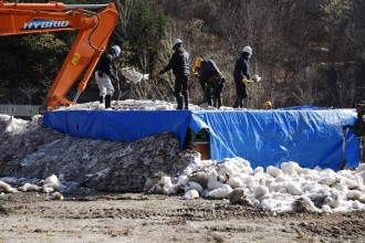 天然雪で2カ月熟成した日本酒「雪中埋蔵」 杜氏ら20人で掘り起こし