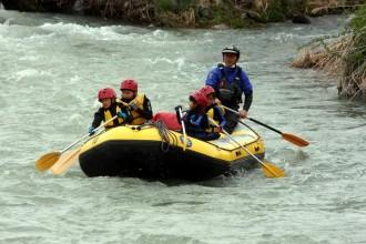 白馬村で子どもたちがラフティング無料体験 川下りを楽しみながらゴミ拾い