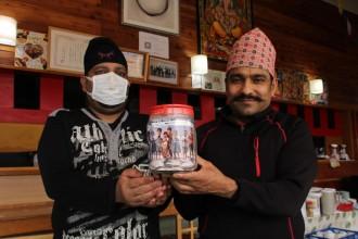 大町のネパールレストラン「サティ」、母国の子どもを助けたいと寄付募る
