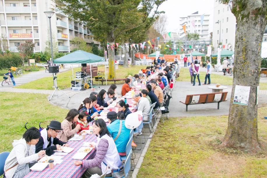 イベントの目玉、まちにわ食堂。100人で一緒に「いただきます!」