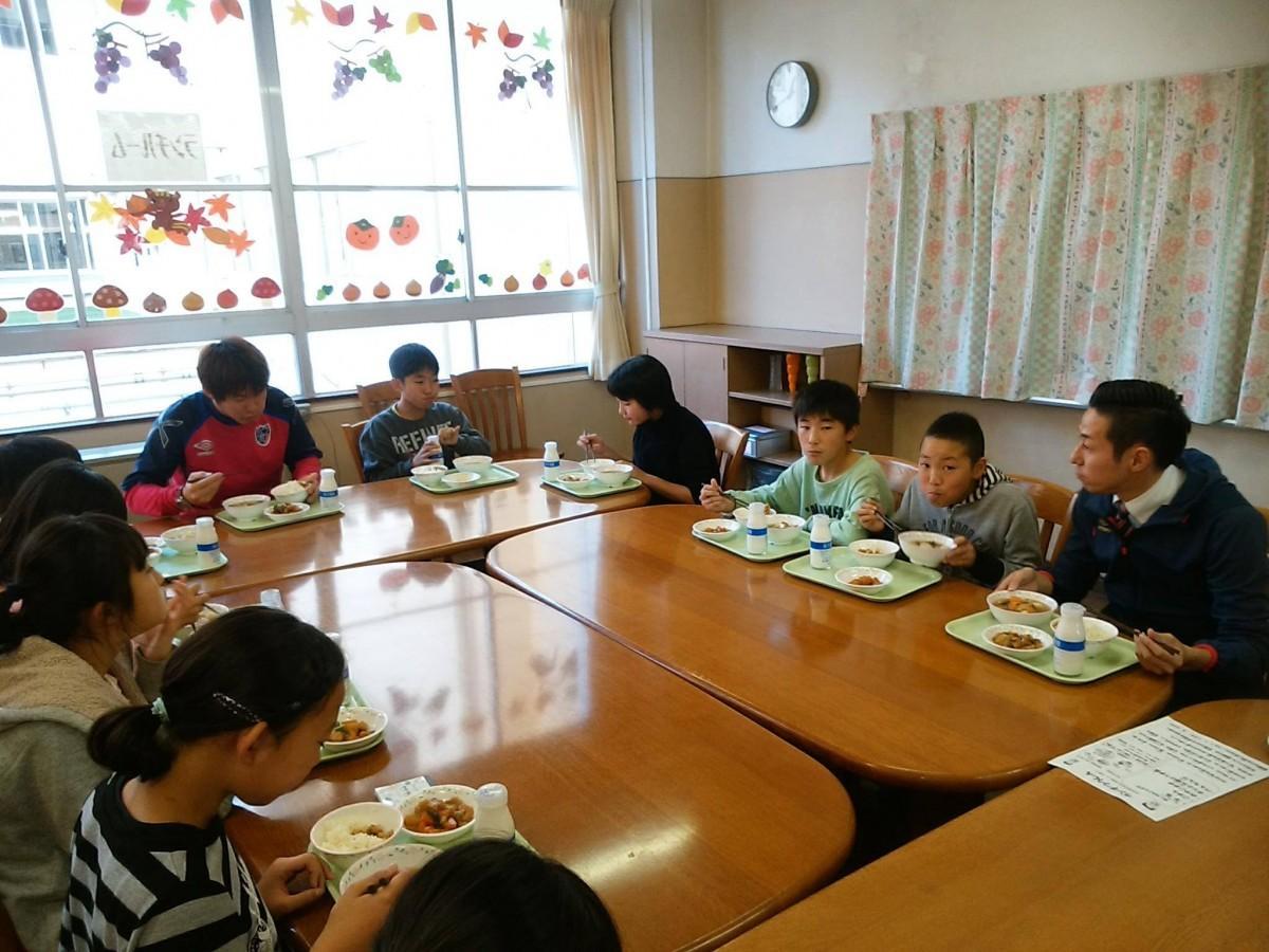 授業後、児童たちと給食を食べる吉本選手