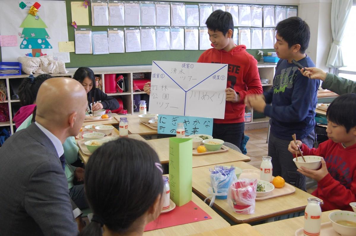 くるめ産給食を囲みながら、東久留米の未来について提案する6年生児童
