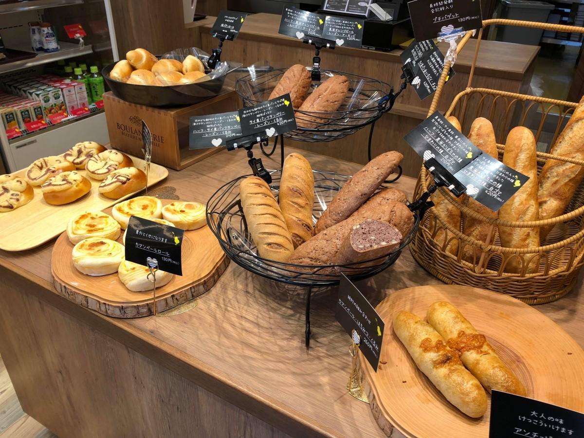 40種以上のパン・ケーキが並ぶ、明るい店内