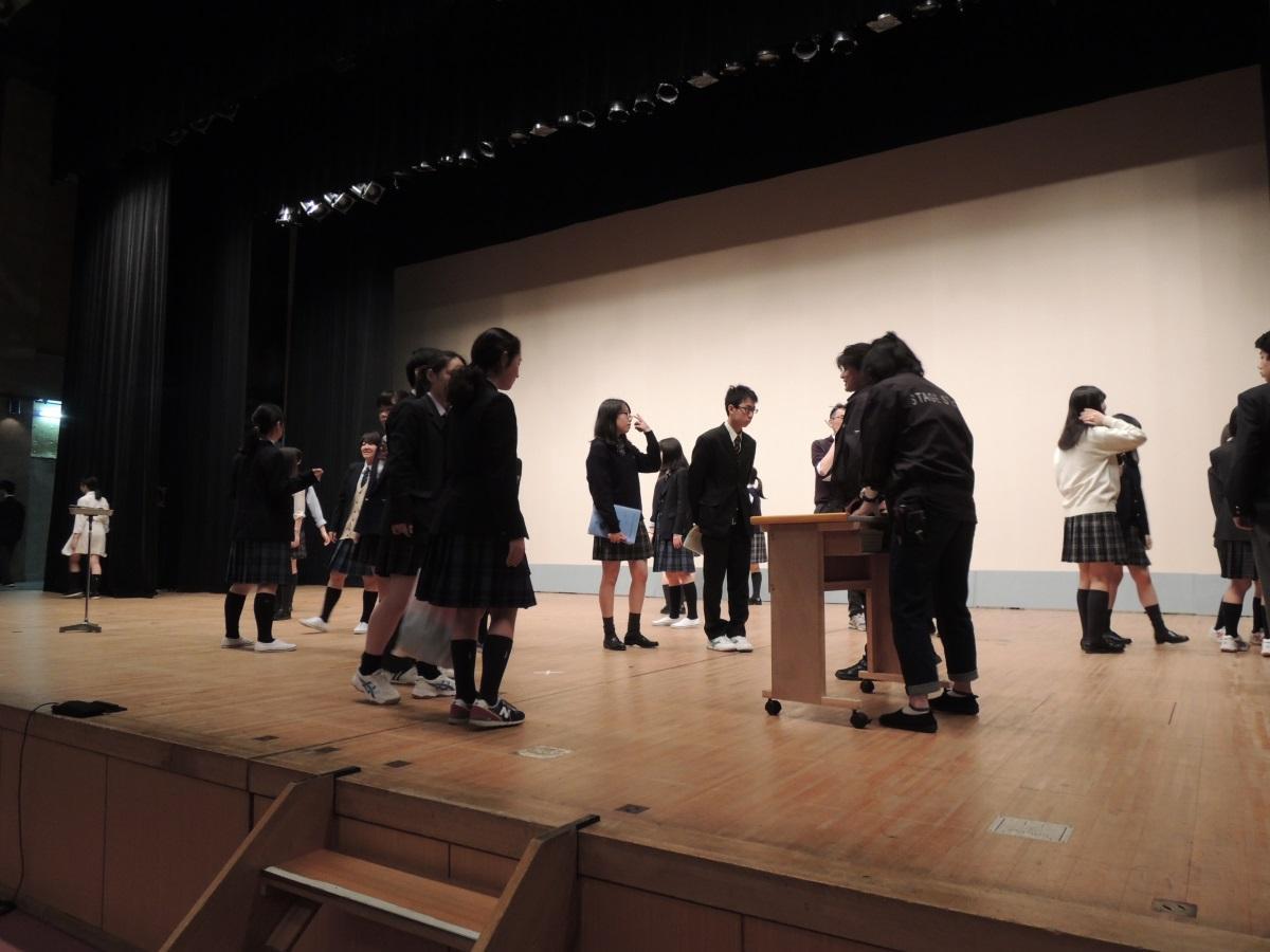 会場スタッフと共に舞台を確認する生徒たち