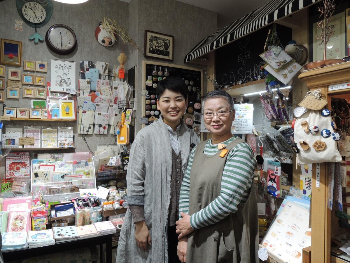 店主の樋口智子さん(左)と母の敬子さん(右)
