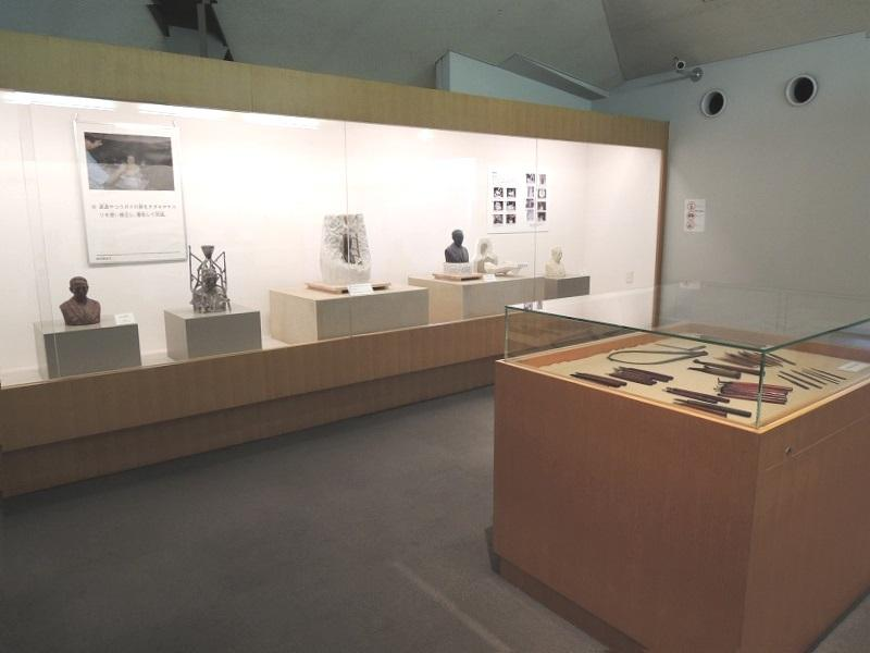 2階では田中が実際に使用した彫刻道具も展示