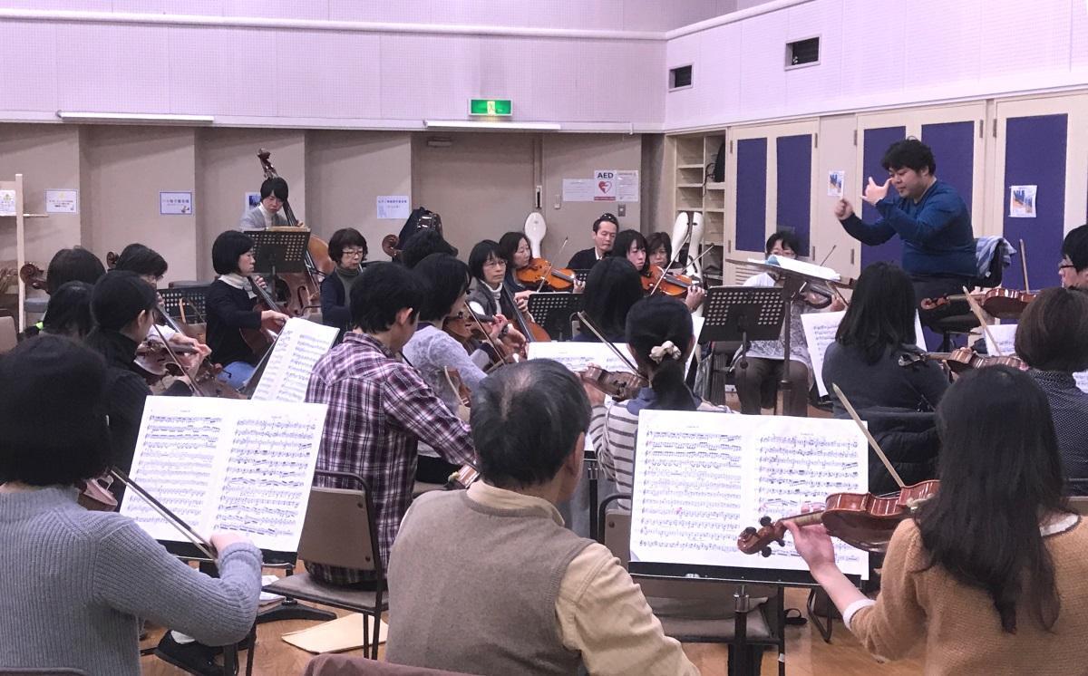約50名の団員で構成する西東京フィルハーモニーオーケストラの練習風景