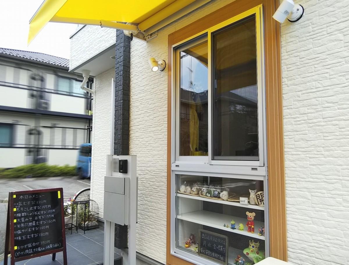 店舗外観。黄色の庇(ひさし)と立て看板が目印