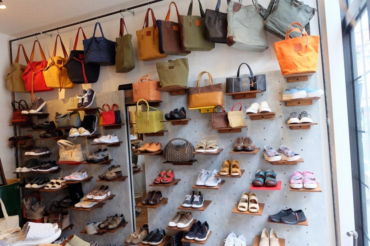 色とりどりの商品が並ぶ店内。靴は3,000円~、バッグは1万円前後のものが中心