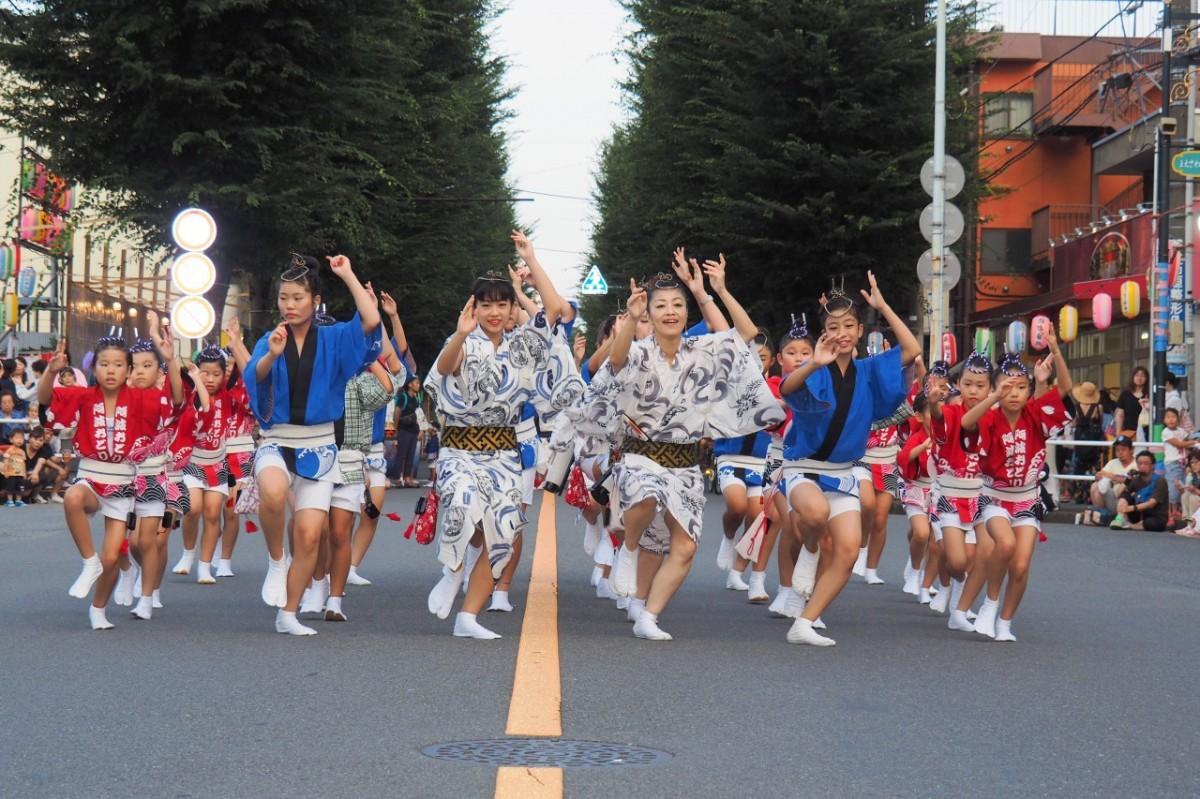 「まえさわ小町連」阿波踊りの様子。子どもから大人まで参加し一体となって踊る