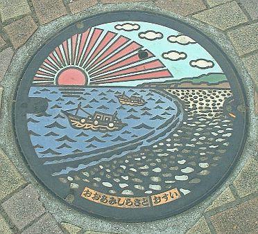 千葉県・大網駅前にある、九十九里浜デザインのマンホールふた(撮影=石井英俊さん)