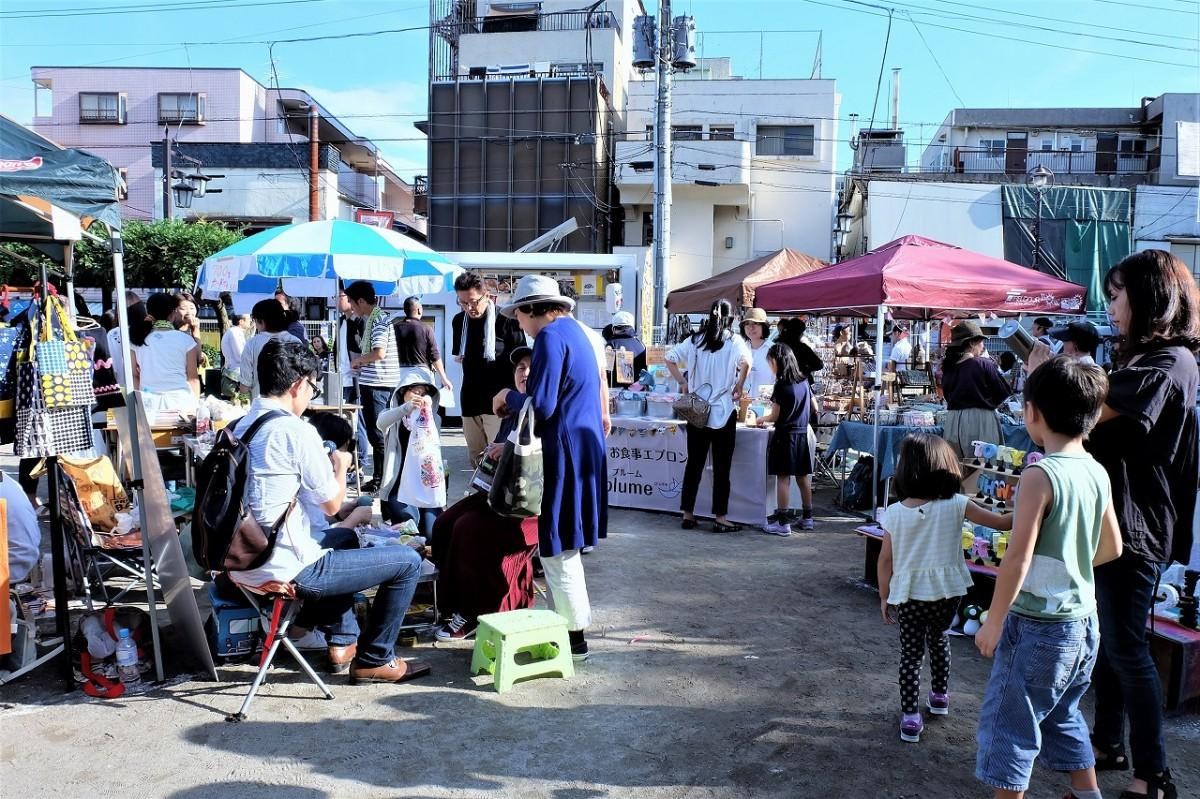 西武柳沢駅から徒歩2分。北口・南口で半年毎に開催