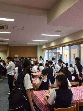 放課後カフェの様子。自由に過ごせる空間が生徒たちに好評