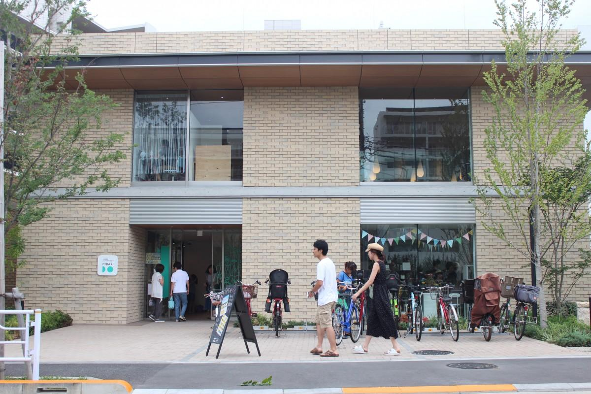 会場となる「HIBARIDO」は2018年度グッドデザイン賞を受賞。ひばりが丘団地再生事業が進む中で、集合住宅に緑豊かな小商いの場を開いたことが評価された