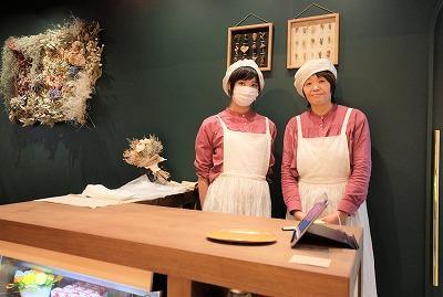 店頭に立つ磐城菜穂子さん(右)と、製造を中心に手伝う娘の千尋さん(左)。店名は「近隣の幼稚園や小学校のお子さんにも親しんでもらいたい」と、可愛らしいネーミングに