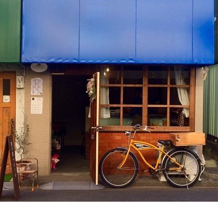 青い屋根が目印。商品は自転車で運んでいる
