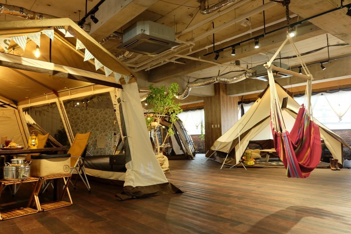 「ogawa」ブランドのカフェ1号店。本物のテントをカフェ席にしてアウトドアを疑似体験
