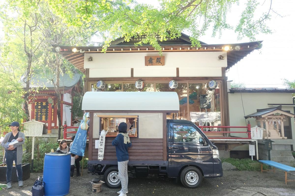 田無神社の舞殿前にオープンした古民家風のキッチンカー・カフェ