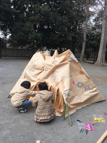 「世界で1つだけ」のインディアンハウスを夢中になって作る子どもたち