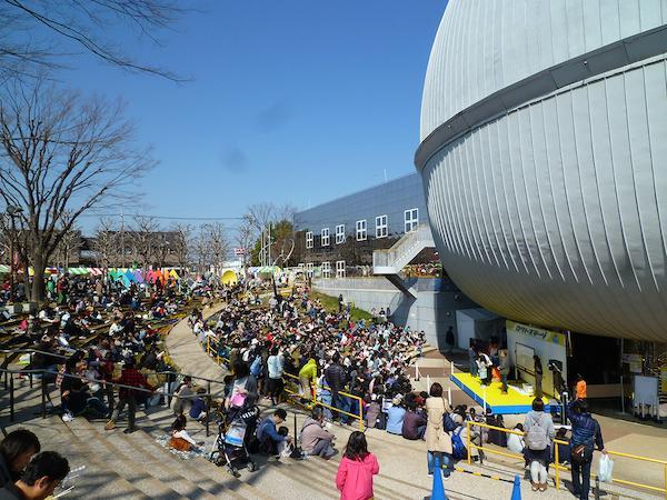 昨年のロクトステージ「ビンゴ大会」でにぎわう観客の様子。周りには屋台の出店も