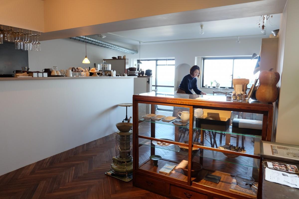 店内のギャラリースペースには「作品の魅力を伝えたい」とそろえた陶芸や刺繍の作品が並ぶ