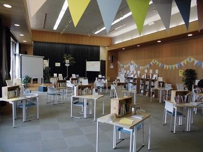 昨年の様子。「ひとハコ図書館」がずらりと並ぶ