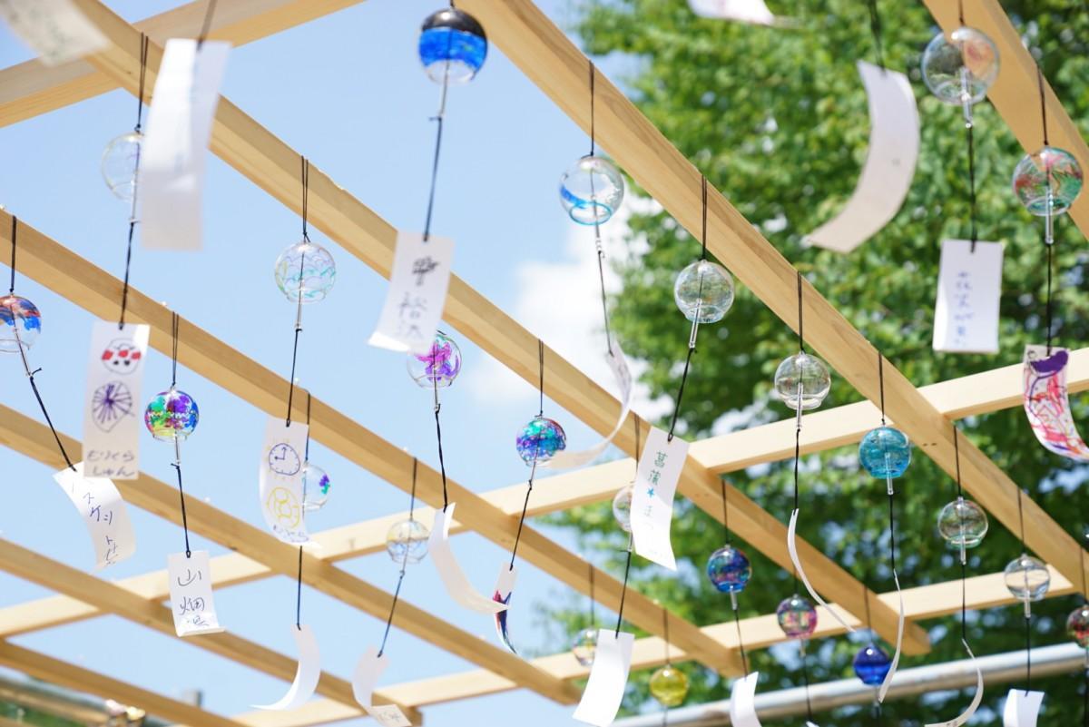 来場者が絵付けした風鈴が涼しげな風鈴棚(写真は昨年のもの)