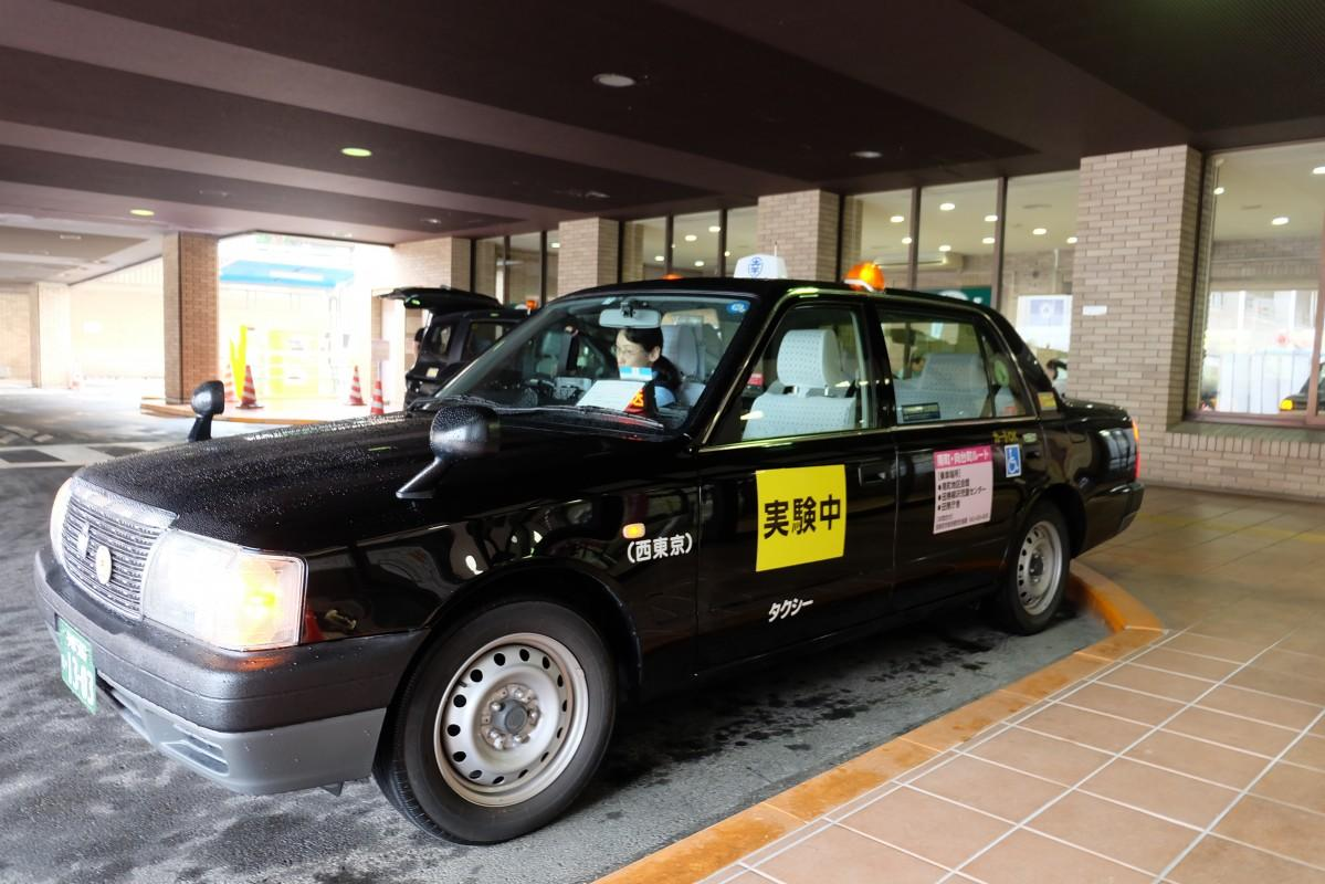 セダン型タクシーで、3つのルートを曜日・時間・台数・対象者限定、定額で運行する
