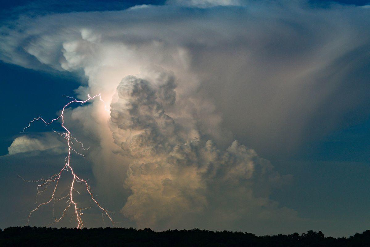 巨大な積乱雲と稲妻。美しさと同時に、その下の気象状況を想像させる