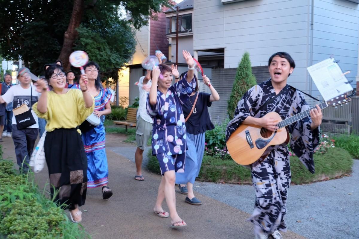 オリジナルソング「ええじゃないか」を歌いながら小平グリーンロードの狭山・境緑道を練り歩くメンバー