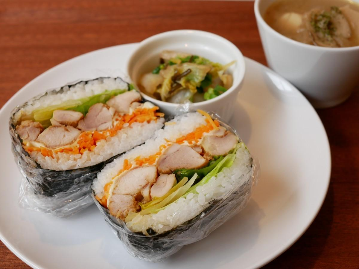 「タンドリーチキン&人参ラペのおにぎらず」 この日の小平産野菜はレタス・白菜など4種類