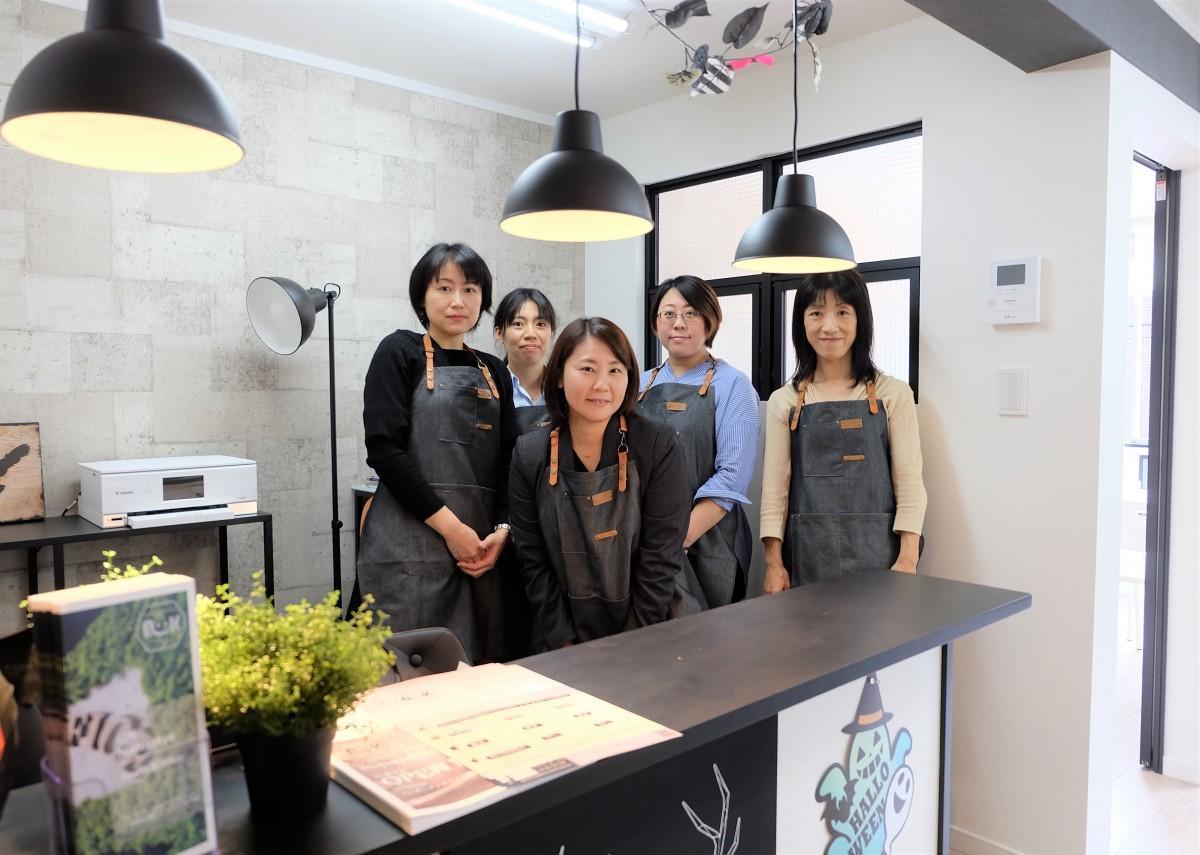 中央がHug&Yoga代表の伊勢さん。営業中は女性スタッフが常駐する